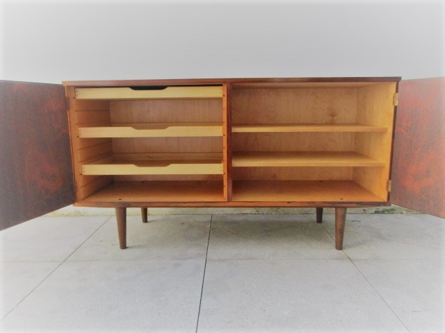 Nordic sideboard in rosewood designed by Carlo Jensen. Nordic furniture in Porto. Vintage furniture in Porto. Restoration of furniture in Porto.