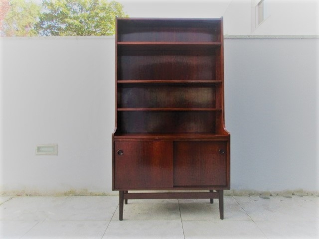 Nordic Bookcase in rosewood, designed by Johannes Sorth. Nordic furniture in Porto. Vintage furniture in Porto. Restoration of furniture in Porto.