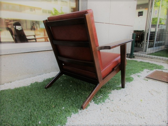 Nordic leather chair, design by Hans Wegner, model GE-290. Nordic furniture in Porto. Vintage furniture in Porto. Restoration of furniture in Porto.