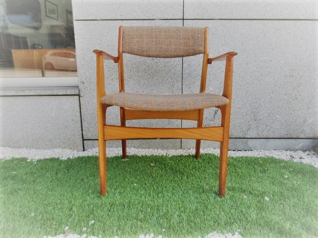 Nordic chair in teak, produced by Nova Mobler. Nordic furniture in Porto. Vintage furniture in Porto. Restoration of furniture in Porto.