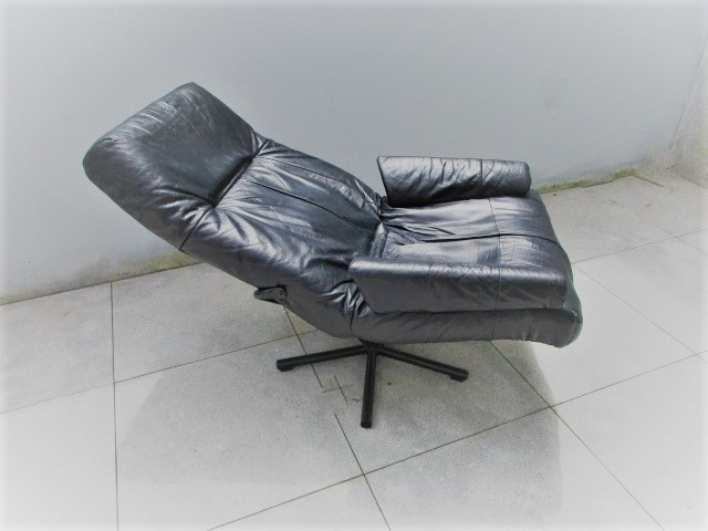 Nordic leather chair. Nordic furniture in Porto. Vintage furniture in Porto. Restoration of furniture in Porto.