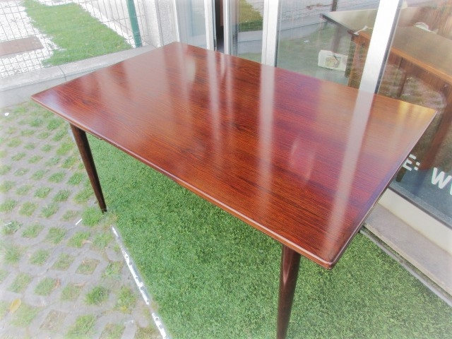 Nordic dining table in rosewood designed by Omann Jun, model 54. Nordic furniture in Porto. Vintage furniture in Porto. Restoration of furniture in Porto.