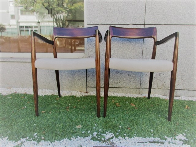 Nordic armchairs with design by Niels Moller, model 55. Nordic furniture in Porto. Vintage furniture in Porto. Restoration of furniture in Porto.