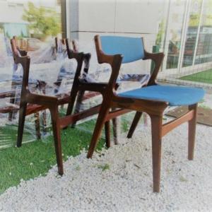 Seis cadeiras nórdicas em pau santo, produzidas pela Nova Mobler