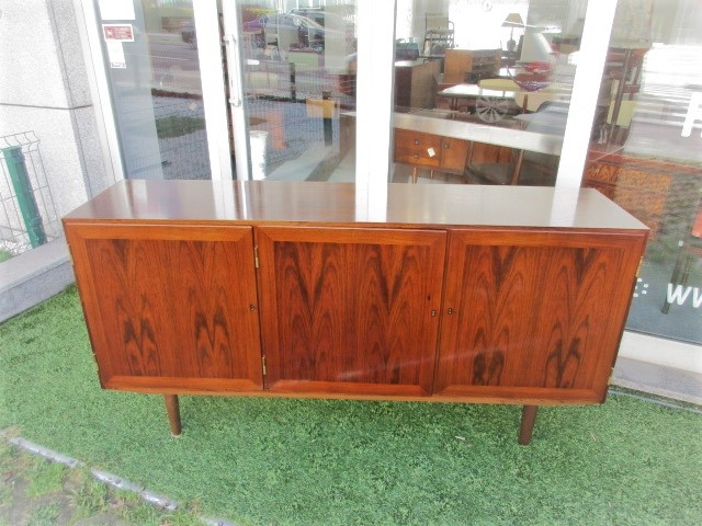 Nordic sideboard in rosewood designed by Kai Winding. Nordic furniture in Porto. Vintage furniture in Porto. Restoration of furniture in Porto.