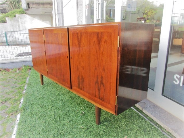 Nordic sideboard in rosewood designed by Kai Winding Nordic furniture in Porto. Vintage furniture in Porto. Restoration of furniture in Porto.