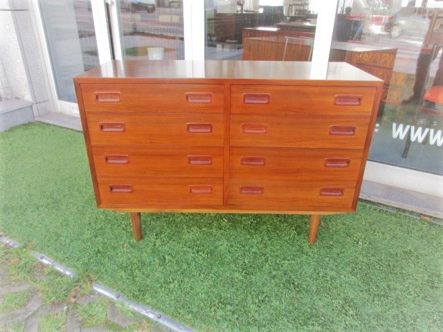 Nordic dresser in rosewood, designed by Carlo Jensen. Nordic furniture in Porto. Vintage furniture in Porto. Restoration of furniture in Porto.