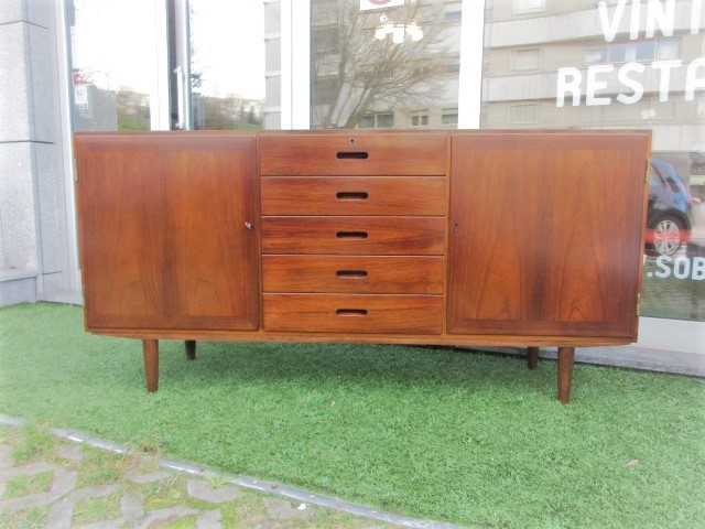 Nordic sideboard in rosewood, designed by Kai Winding.Nordic furniture in Porto.Vintage furniture in Porto.Restoration of furniture in Porto.