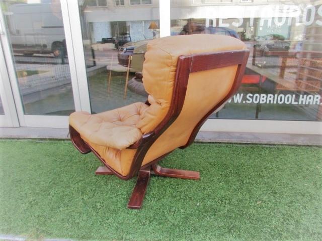 Nordic leather chair. Nordic furniture in Porto. Vintage furniture in Porto. Restoration of furniture in Porto.