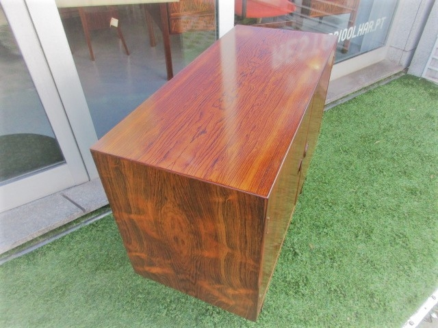 Nordic console in rosewood. Nordic furniture in Porto. Vintage furniture in Porto. Restoration of furniture in Porto.