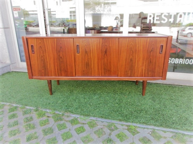 Nordic sideboard in rosewood. Nordic furniture in Porto.Vintage furniture in Porto.Restoration of furniture in Porto.
