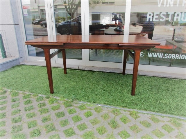 Nordic dining table in rosewood designed by Johannes Andersen. Nordic furniture in Porto. Vintage furniture in Porto. Restoration of furniture in Porto.