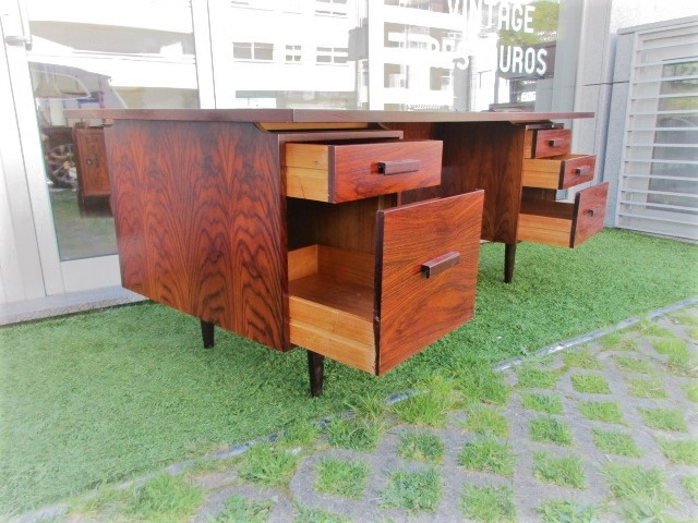 Nordic Desk in rosewood, produced by Dana Kontorinventar A / S.Nordic furniture in Porto.Vintage furniture in Porto.Restoration of furniture in Porto.