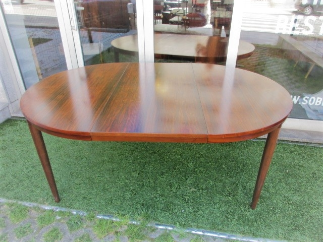 Nordic dining table in rosewood, designed by Severin Hansen.Nordic furniture in Porto.Vintage furniture in Porto.Restoration of furniture in Porto.