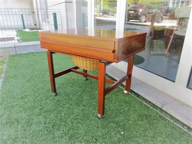 Nordic Mobile seam on rosewood. Nordic furniture in Porto. Vintage furniture in Porto. Restoration of furniture in Porto.