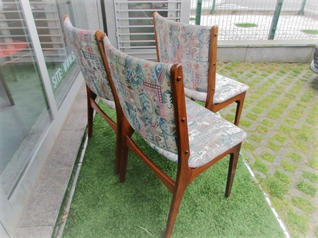Nordic chairs in rosewood, designed by Johannes Andersen. Nordic furniture in Porto. Vintage furniture in Porto. Restoration of furniture in Porto.