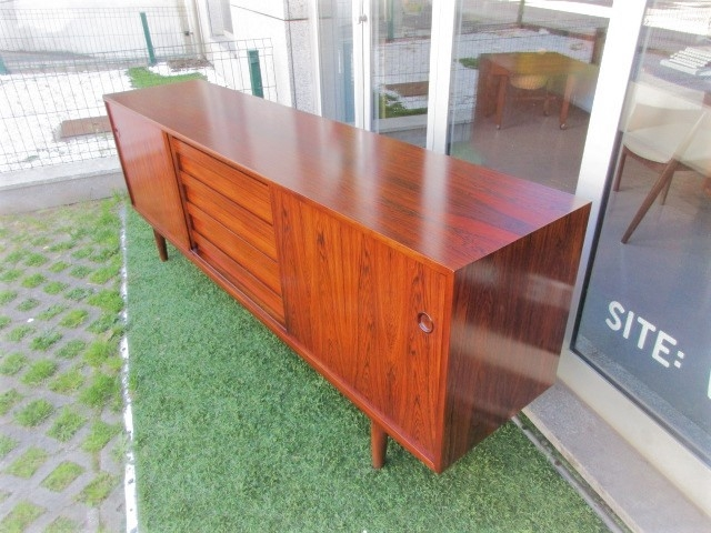 166/5000 Nordic sideboard in rosewood, produced by Dammand & Rasmussen Møbelfabrik.Nordic furniture in Porto.Vintage furniture in Porto.Restoration of furniture in Porto.