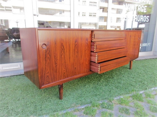 Nordic sideboard in rosewood, produced by Dammand & Rasmussen MøbelfabrikNordic furniture in Porto.Vintage furniture in Porto.Restoration of furniture in Porto.