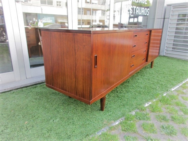 Nordic sideboar in rosewood, produced by Lyby Mobler.Nordic furniture in Porto.Vintage furniture in Porto.Restoration of furniture in Porto.