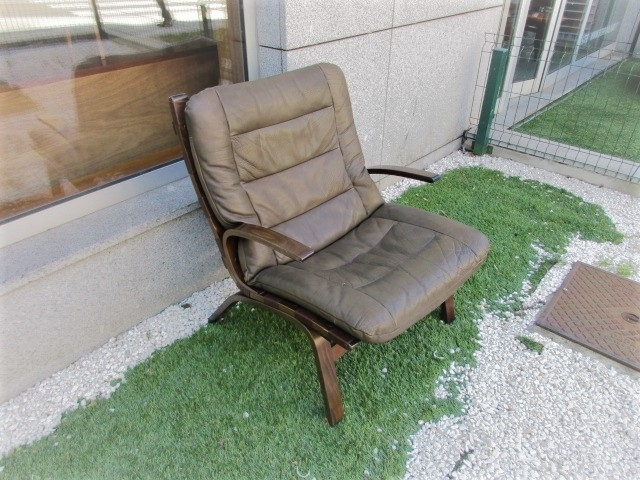 Nordic leather armchair, designed by Ingmar Relling, model R10. Nordic furniture in Porto. Vintage furniture in Porto. Restoration of furniture in Porto.