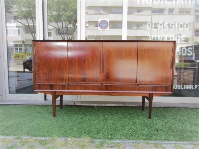 Nordic sideboard in rosewood, produced by Farso MÖBELFABRIK.Nordic furniture in Porto.Vintage furniture in Porto.Restoration of furniture in Porto.