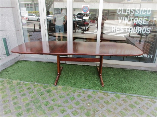 Nordic Dining Table in rosewood, produced by Skovby.Nordic furniture in Porto.Vintage furniture in Porto.Restoration of furniture in Porto.