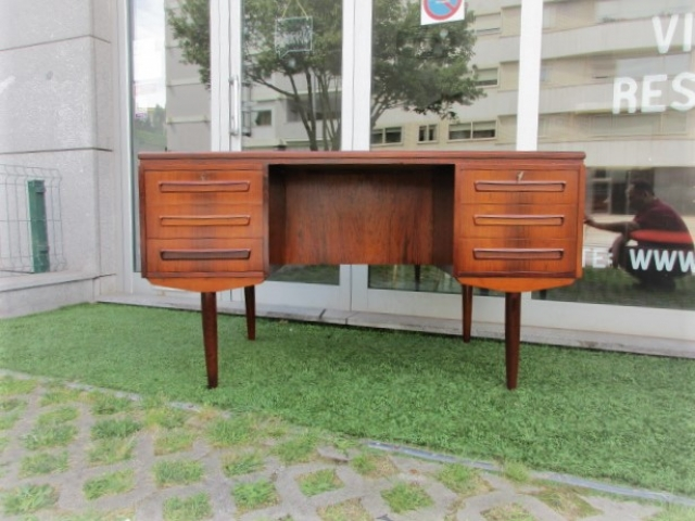Nordic Desk in rosewood, designed by J Svenstrup.Nordic furniture in Porto.Vintage furniture in Porto.Restoration of furniture in Porto.
