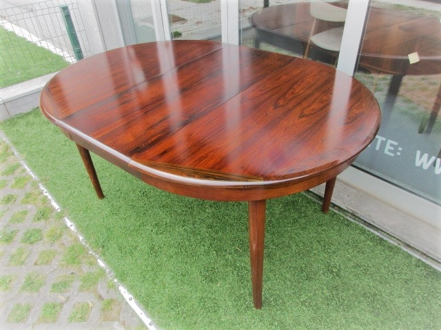Nordic dining table in rosewood. Nordic furniture in Porto. Vintage furniture in Porto. Restoration of furniture in Porto.