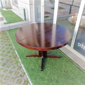 Mesa de jantar nórdica em pau santo, com pé central