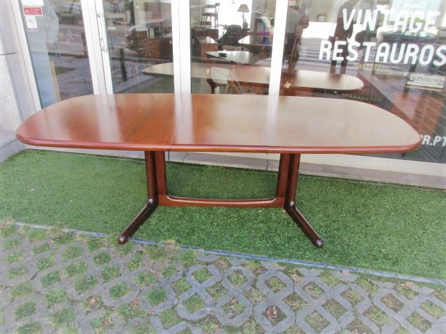 Nordic dining table in rosewood, designed by Niels Moller to Gudme MÖBELFABRIK. Nordic furniture in Porto. Vintage furniture in Porto. Restoration of furniture in Porto.