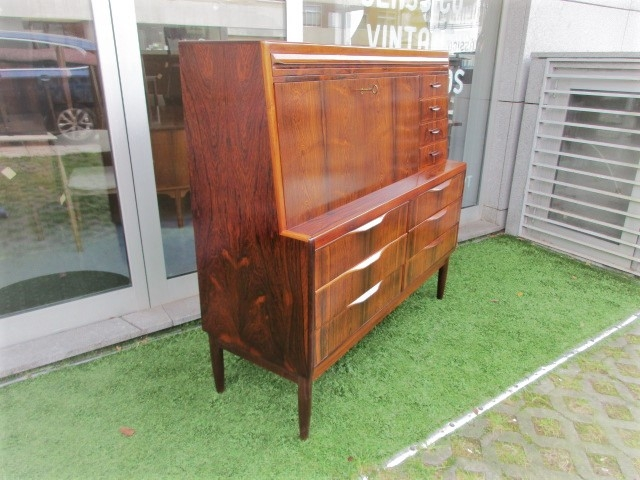 Nordic desk in rosewood, designed by Ib Kofod Larsen. Nordic furniture in Porto. Vintage furniture in Porto. Restoration of furniture in Porto.
