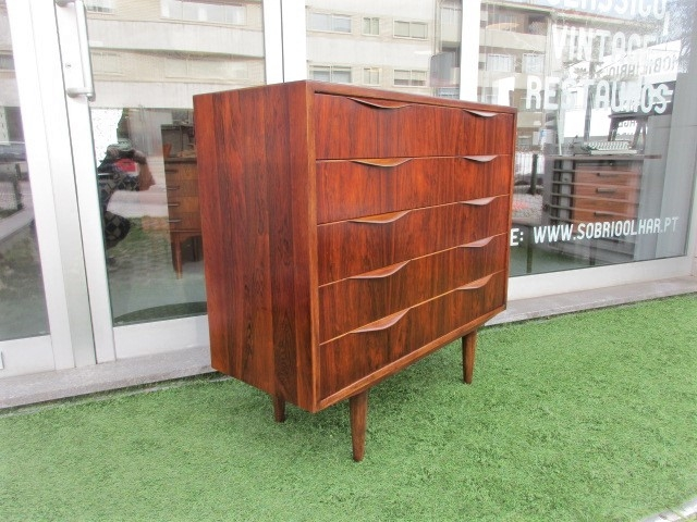 Nordic dresser in rosewood.Nordic furniture in Porto.Vintage furniture in Porto.Restoration of furniture in Porto.