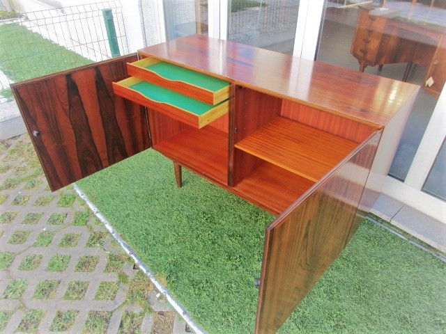 Nordic sideboard in rosewood, designed by Omann Jun, model 4.Nordic furniture in Porto.Vintage furniture in Porto.Restoration of furniture in Porto.
