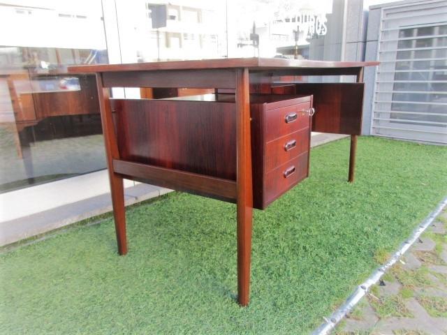 Nordic desk in rosewood. Nordic furniture in Porto. Vintage furniture in Porto. Restoration of furniture in Porto.