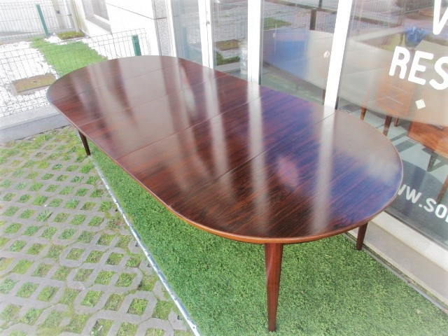 Nordic dining table in rosewood designed by Omann Jun, model 55. Nordic furniture in Porto. Vintage furniture in Porto. Furniture restoration in Porto.