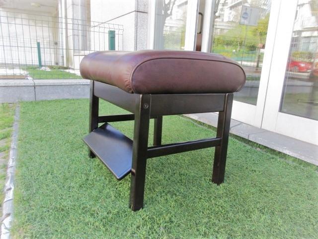 Land Nordic leather feet. Nordic furniture in Porto. Vintage furniture in Porto. Furniture restoration in Porto.