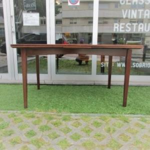 Mesa de jantar nórdica em pau santo, produzida pela Rasmussen Randers