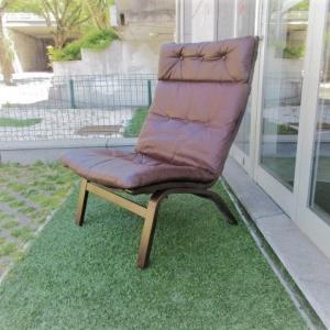Cadeira nórdica em pele, modelo R10 de Ingmar Relling