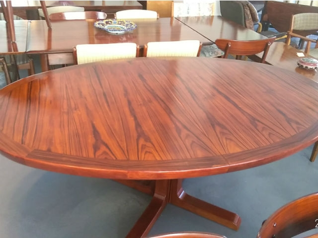 Nordic dining table in rosewood produced by Skovby. Nordic furniture in Porto. Vintage furniture in Porto. Restoration of furniture in Porto.
