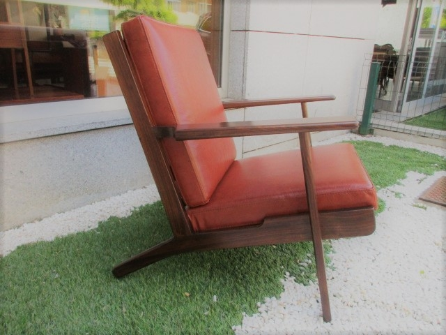 Nordic leather chair, design by Hans Wegner, model GE-290. Nordic furniture in Porto. Vintage furniture in Porto. Restoration of furniture in Porto.