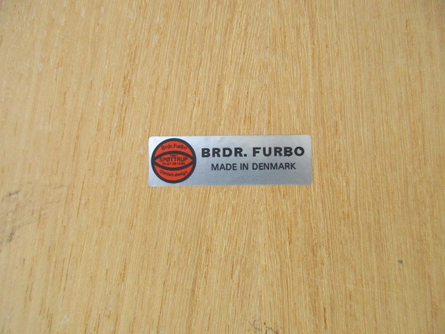 Nordic folding table in oak, produced by BRDR Furbo. Nordic furniture in Porto. Vintage furniture in Porto. Restoration of furniture in Porto.