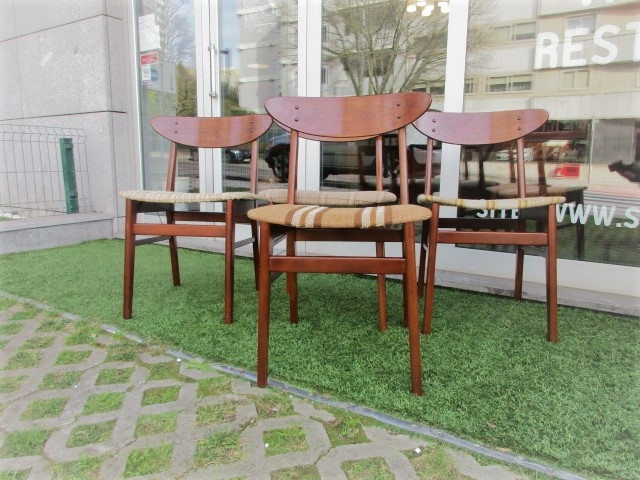Nordic dining room chairs produced by the Farstrup Mobler, model 210. Nordic furniture in Porto. Vintage furniture in Porto. Restoration of furniture in Porto.