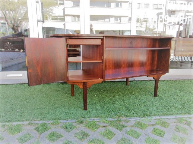 Nordic desk in rosewood designed by Kai Kristiansen. Nordic furniture in Porto. Vintage furniture in Porto. Restoration of furniture in Porto.