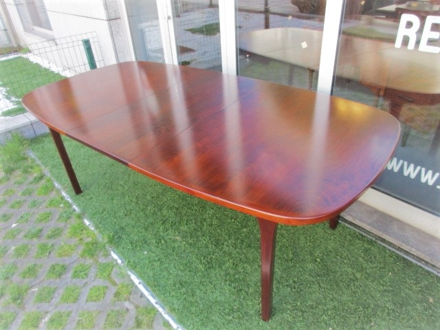Nordic dining table in rosewood produced by Gudme MÖBELFABRIK. Nordic furniture in Porto. Vintage furniture in Porto. Restoration of furniture in Porto.