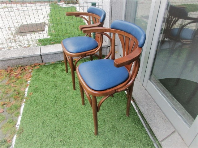 Chairs with armrests, designed by Michael Thonet, model B25 Bentwood. Nordic furniture in Porto. Vintage furniture in Porto. Restoration of furniture in Porto.