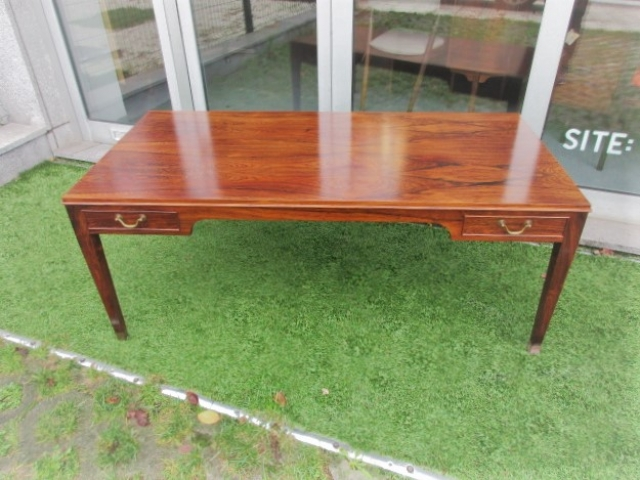 Nordic side table in rosewood, designed and produced by Fritz Henningsen.Nordic furniture in Porto.Vintage furniture in Porto.Restoration of furniture in Porto.