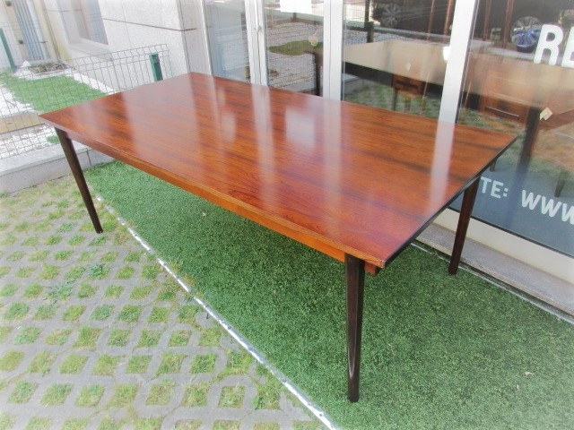 Nordic dining table in rosewood, gives 16 people. Nordic furniture in Porto. Vintage furniture in Porto. Furniture restoration in Porto.