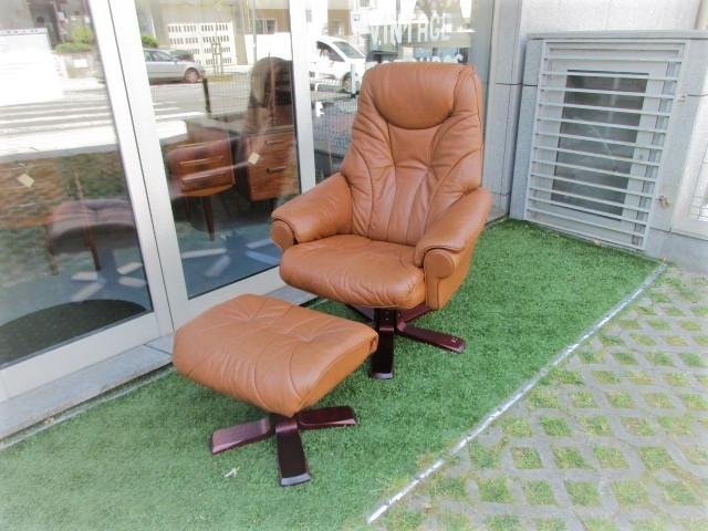 Nordic leather armchair with footrest. Nordic furniture in Porto. Vintage furniture in Porto. Furniture restoration in Porto.