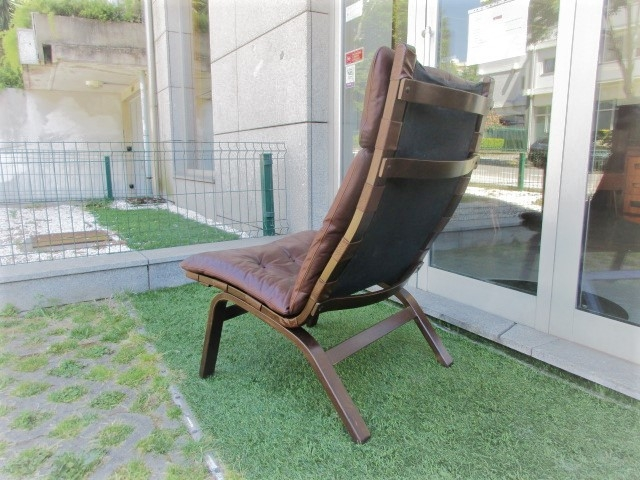 Nordic leather chair, designed by Ingmar Relling, model R10. Nordic furniture in Porto. Vintage furniture in Porto. Furniture restoration in Porto.