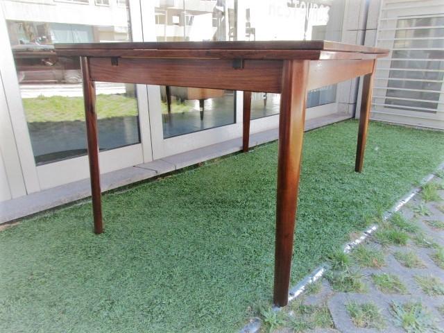 Mesa de jantar nórdica em pau santo. Mobiliário nórdico no Porto. Mobiliário vintage no Porto. Restauro de móveis no Porto.